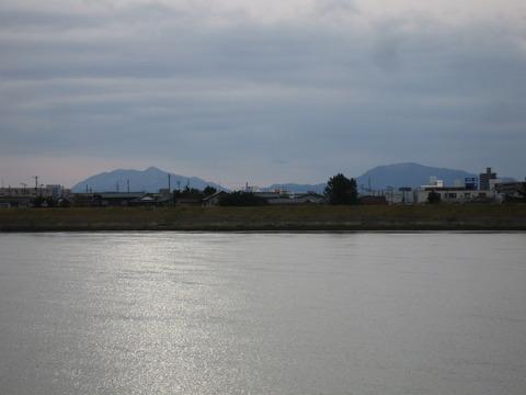 冬晴れの日の「弥彦山」
