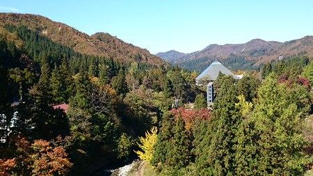 大湯温泉の紅葉が見頃です
