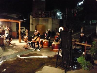 足湯ビアガーデンで迫力の太鼓演奏