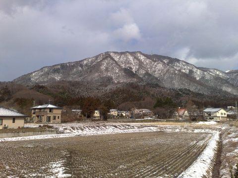 弥彦山は今朝もうっすら雪化粧